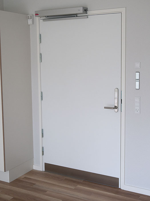 Dorma dørautomatik og Salto adgangskontrol på lejlighedsdør